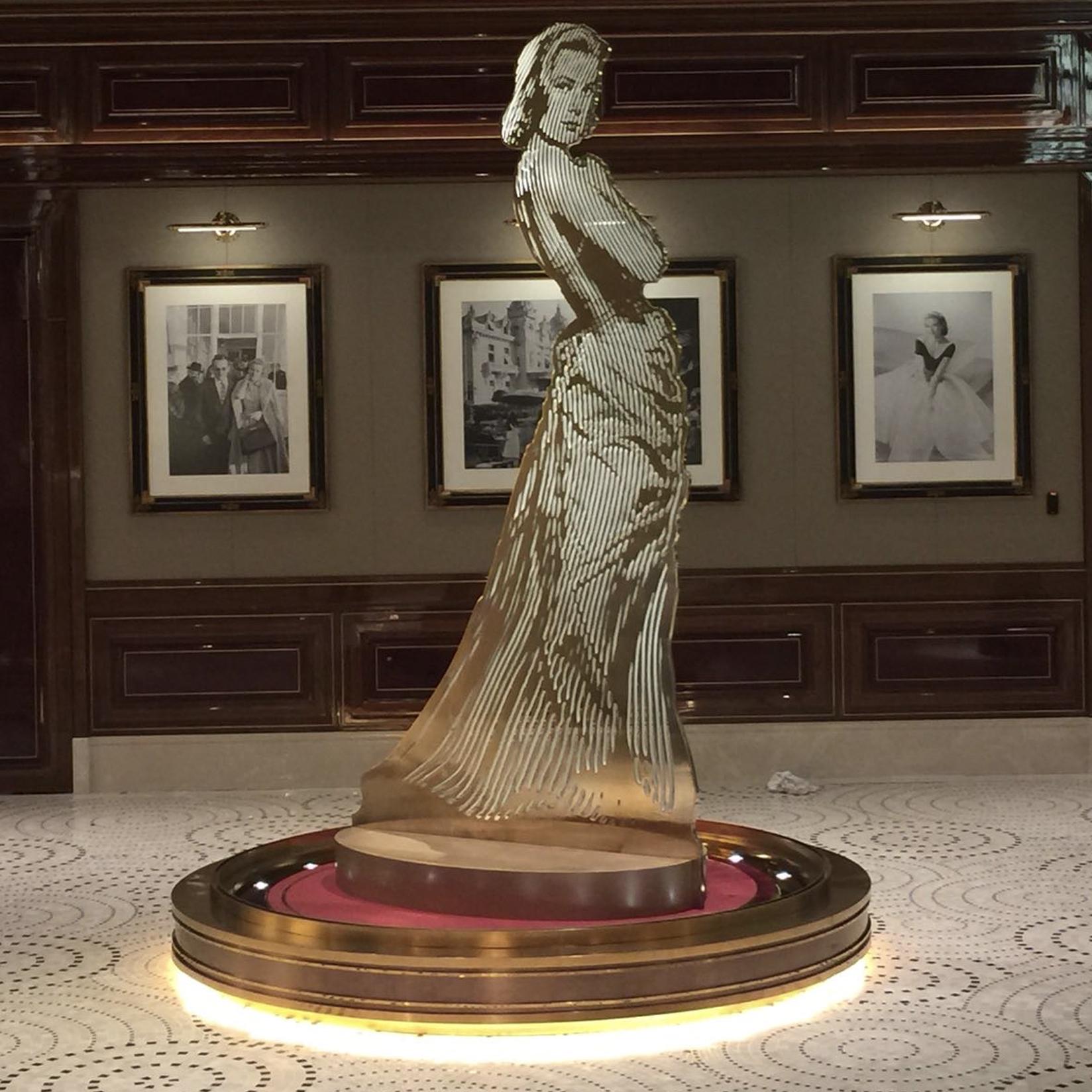 Marin Sculpture Monumental Femme
